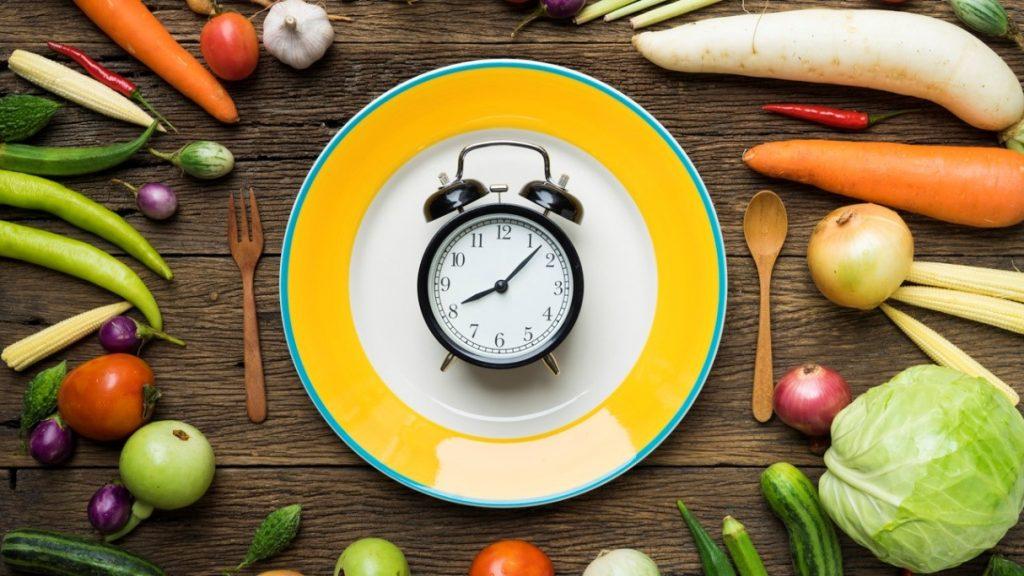 ¿Qué es más efectivo para perder peso? ¿Dieta equilibrada o ayuno intermitente?